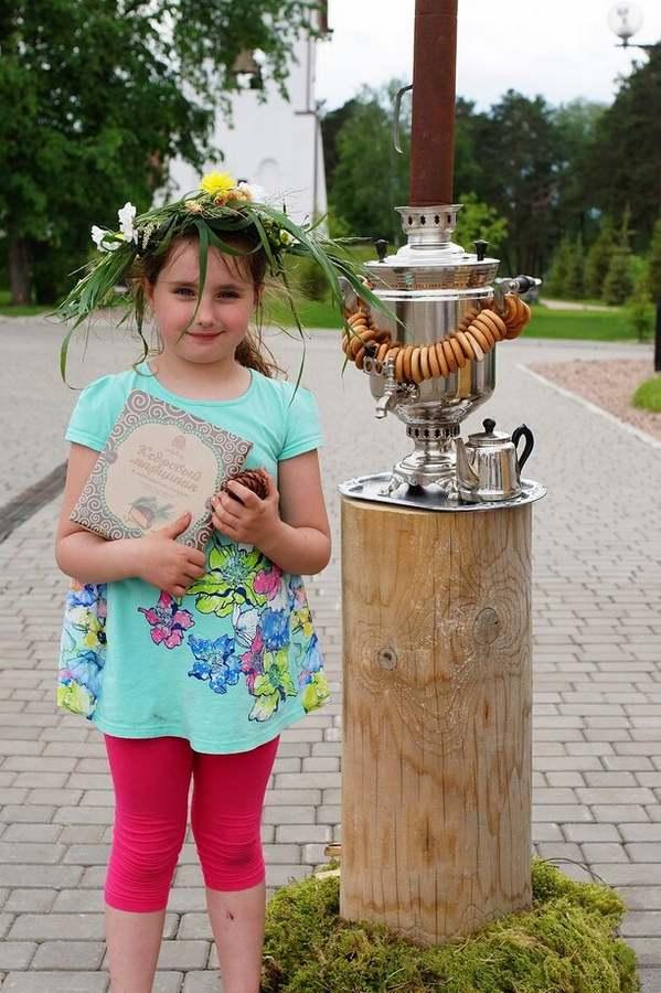 devochka s shishkoj 200x300 - Фото галерея
